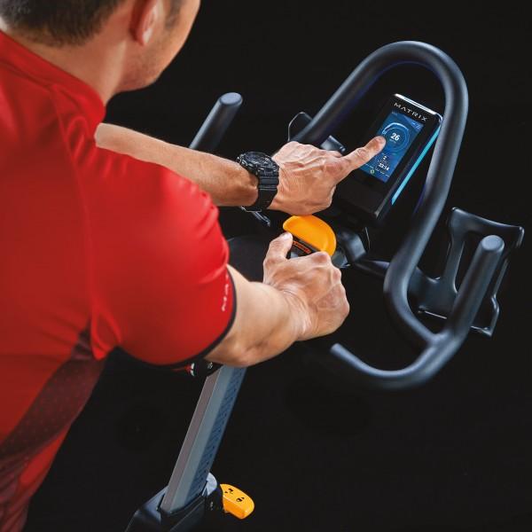MX18_MDPROD_CXP training cycle_male touching watts screen detail_hi-angle close