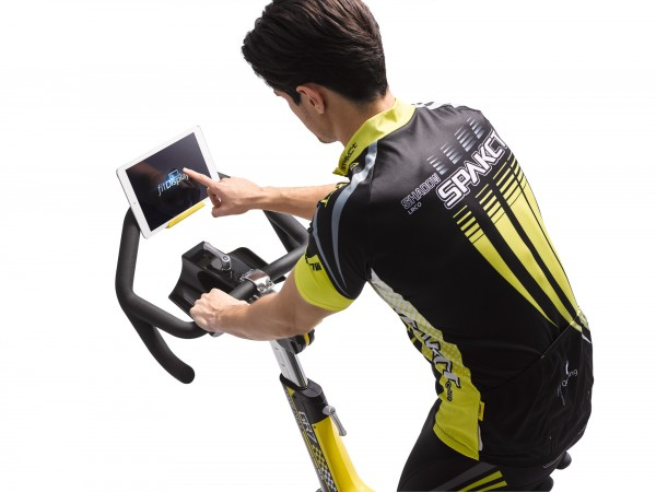 HZ18_MDPROD_GR7 indoor cycle w-ipad_male detail_touching screeen_lores